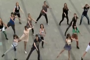 Flash mob sur une place de Cracovie